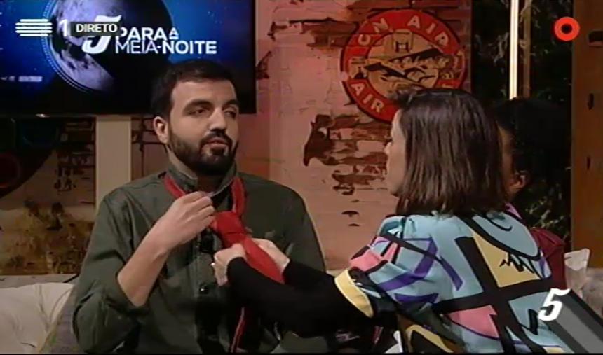 Carminho ensina Salvador Martinha a fazer nó de gravata