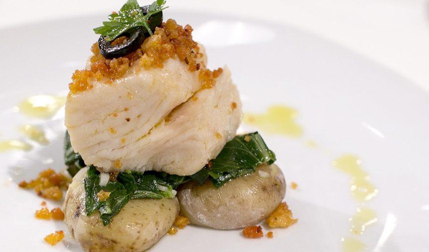 Bacalhau confitado com batatas ao sal, grelos salteados e miolo de broa com farinheira