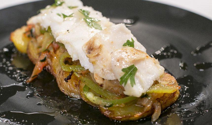 Bacalhau confitado com batatas coradas e legumes salteados