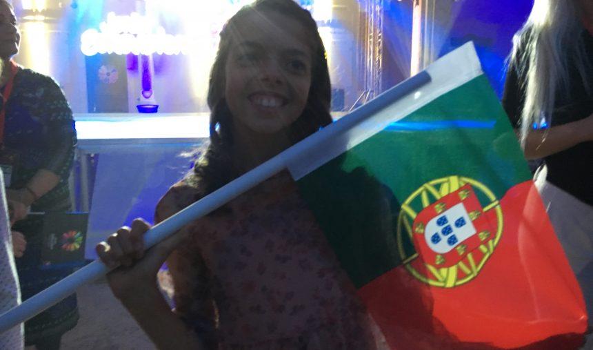 #JESC: Mariana Venâncio dá uma abada a um jornalista