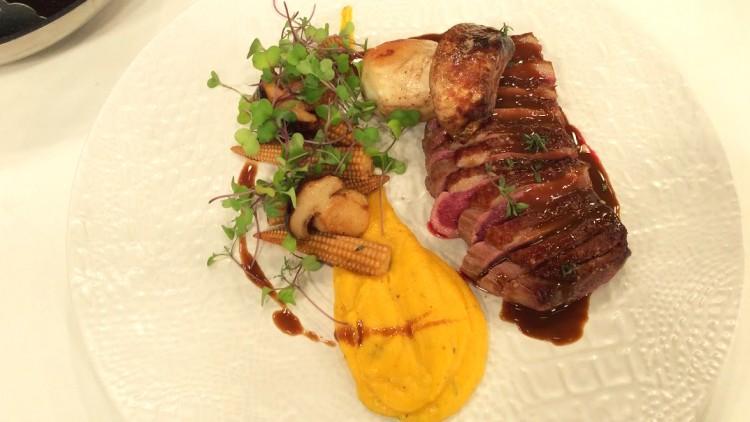 Magret de pato com agridoce de foie, boletos, milho e puré de abóbora assada