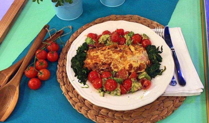 Omelete mista com arroz de casca de lima e rodelas de tomate - Culinária