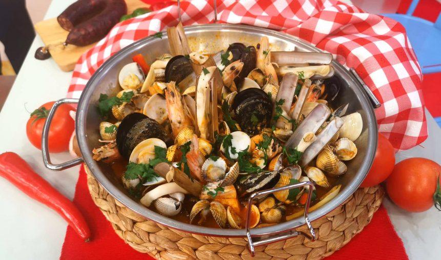 Cataplana de corvina com bivalves e marisco