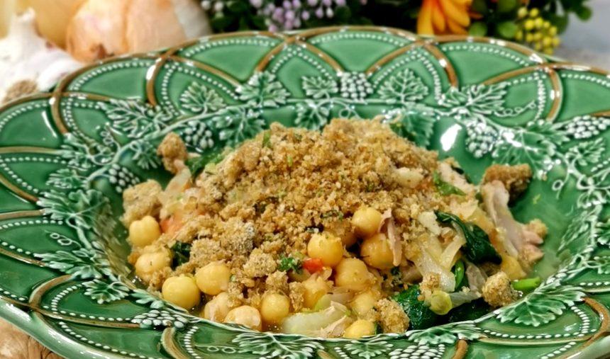 Grão-de-bico com codorniz e espinafres com crocante de pão ralado e ervas