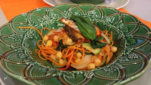 Esparguete com Grão-de-Bico, Legumes Frescos e Sardinhas de Conserva
