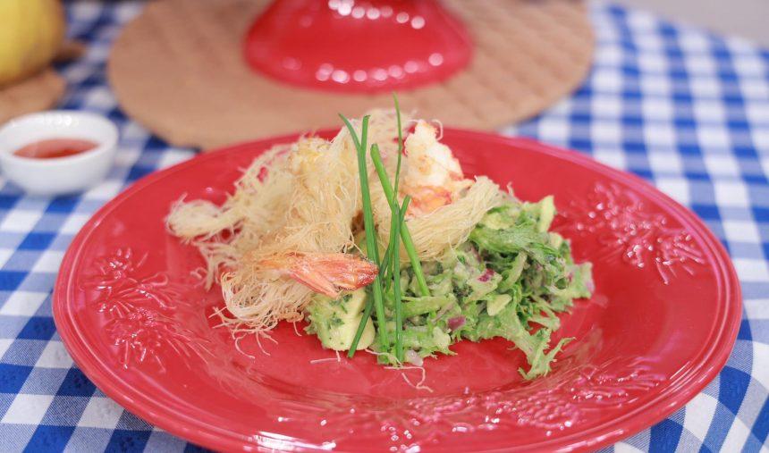 Enovelado de camarão tigre com abacate e chicória